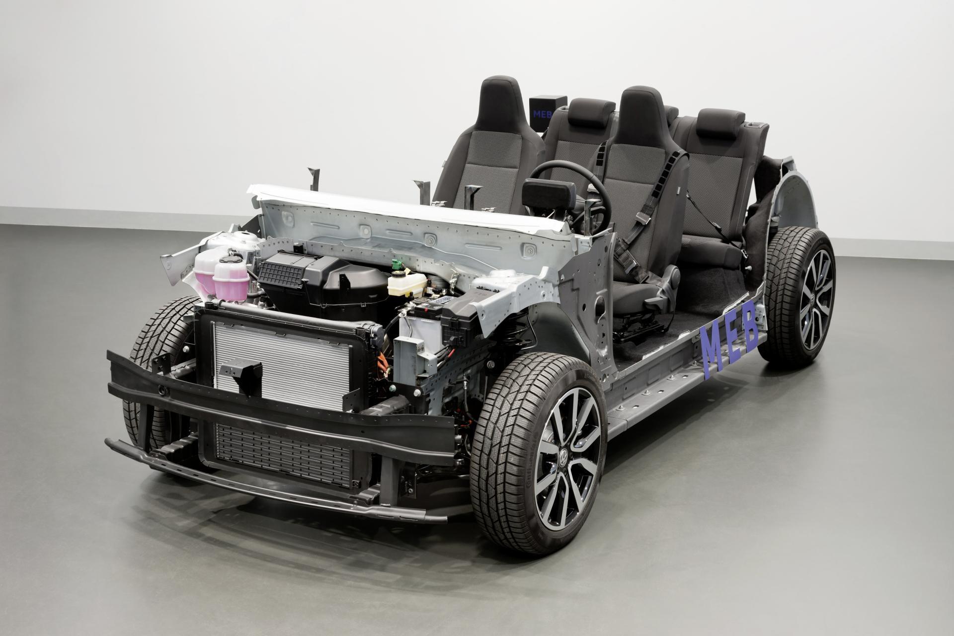 """Ford gilt mit seiner Elektrostrategie bislang als Nachzügler. Der Elektro-Crossover Mustang Mach-E, soll ab 2021 in Deutschland erstmals ausgeliefert werden. Künftig könnte es aber auch der Fall sein, dass der Stromer in Deutschland gefertigt wird. Der FAZ und Automobilwoche zufolge stehe ein Milliarden-Invest für das im Kölner Stadtteil Niehl angesiedelte Werk im Raum. Damit wolle man das Werk zum europäischen Produktionshub für Fords E-Autos wandeln. Im Gespräch als Produktionsstandort waren neben Köln auch Saarlouis und das rumänische Werk Kraiowa, das wegen niedrigerer Lohnkosten als Favorit galt. Entsprechende Gerüchte wurden vonseiten Ford bisher nicht kommentiert. Ganz klar ist allerdings, dass die Vorteile nicht von der Hand zu weisen wären. Denn so könnte Ford künftig Entwicklung und Produktion auch in räumlicher Nähe näher zueinander ansiedeln. Aktuell fließt viel Expertise aus dem Ford-Standort Köln, genauer gesagt aus dem """"John-Andrews-Entwicklungszentrum"""" in die E-Autos des Unternehmens. Ob allerdings bereits der Mach-E davon profitieren wird ist fraglich. Die FAZ glaubt eher, dass das Investment einem anderen Ford-Modell zu gute kommt. Einem Stromer, welcher auf der Elektro-Produktionsplattform MEB des Volkswagen-Konzerns entstehen wird. Das nach dem Mustang Mach-Ezweite Elektroauto von Ford soll 2023debütieren und ein, zwei Segmente tiefer angesetzt sein als der obere Mittelklasse Crossover. Wie bereits bekannt wird dieses Modellauf VWs Elektroauto-Baukasten MEB aufsitzen. Ford und VW haben dafür bereits im vergangenen Jahr eine Vereinbarung über die Lieferung von zunächst 600.000 MEB-Plattformen getroffen. Das Auto soll aber, so Fords Europachef Stuart Rowley, """"kein VW"""" sein und sich """"deutlich abheben"""" von den Wolfsburger Stromern. Es soll das typische Ford-Design bekommen und auch bei der Fahrdynamik anders ausgelegt sein als Volkswagens MEB-Elektroautos. Quelle: FAZ - Elektroautos auf dem Vormarsch // Automobilwoche - Kölner Ford-Werk erhält offenb"""