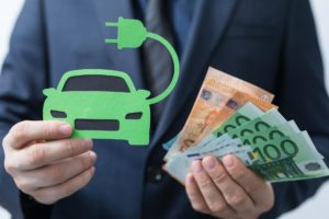 Viele Verbraucher schätzen Tankkosten von E-Autos und Benzinern falsch ein