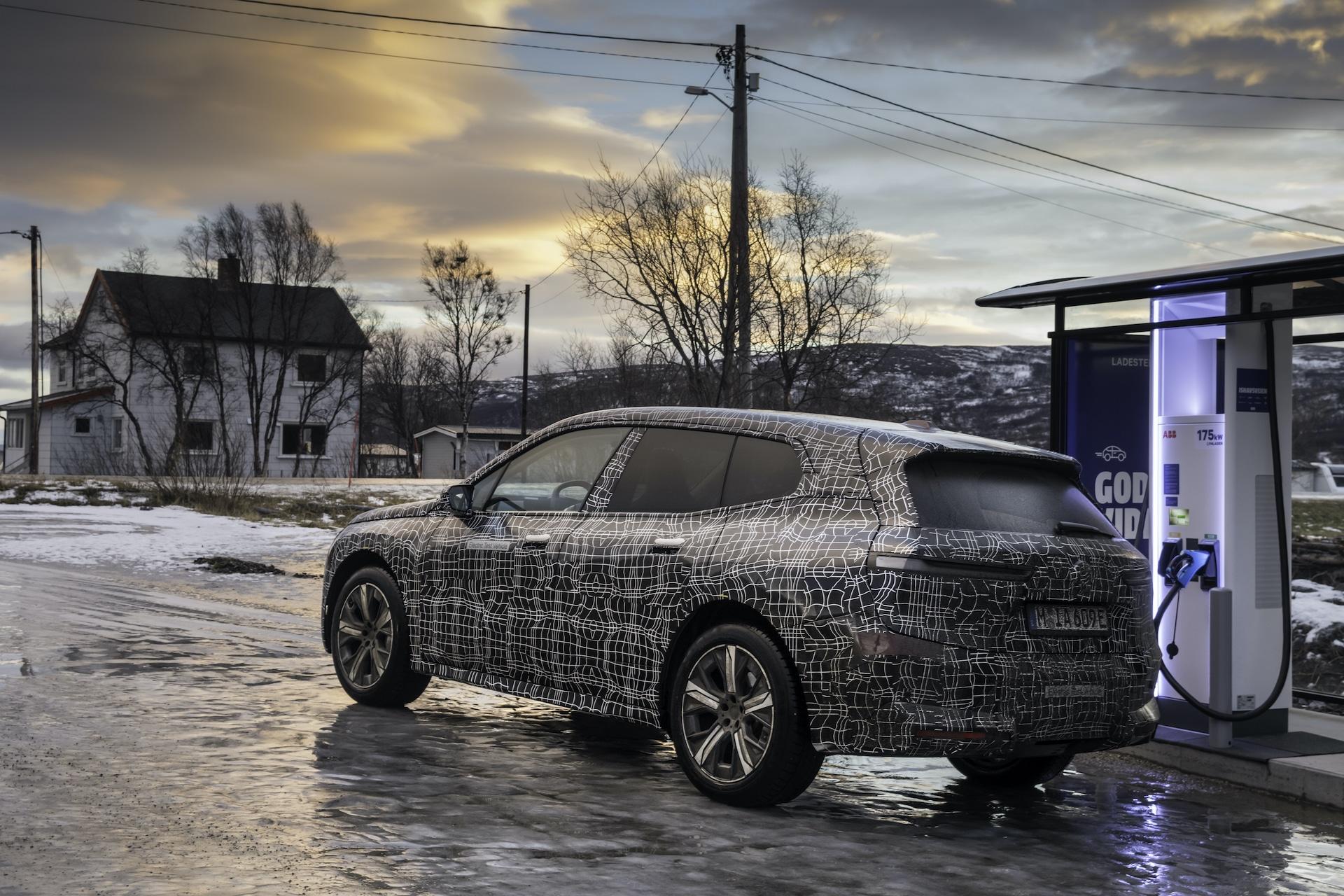 BMW-Elektroauto-iX-Wintererprobung-Nordkap-Laden