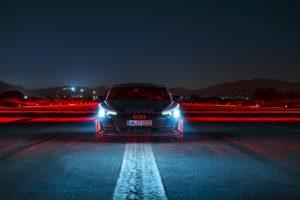 2021 wird Audi verstärkt Strom im Bereich der E-Mobilität geben. Unter anderem mit dem Audi RS e-tron GT, welcher als Porsche Taycan-Alternative, seinen Weg auf die Straße finden wird. Unsere Autoren Wolfgang und Dirk konnten diesen bereits Probe fahren und ihre Meinung zum sportlichen Stromer teilen. Laut Auto Bild sei auch eine Shooting Brake-Variante des Stromers vorstellbar. Quasi, als elektrifizierte Alternative zum Audi RS6. So abwegig erscheint der Gedankengang nicht. Teilt sich der e-tron GT bereits heute 40 Prozent Gleichteile mit dem Taycan. Von dem die zweite Karosserievariante namens Sport Turismo bald das Licht der Welt erblicken soll. Ob es in der Tat zu einem Audi e-tron GT Shooting Brake reicht, wird der Markt beziehungsweise die Nachfrage nach einem solchen bestimmen. Ein RS e-tron GT Shooting Brake könnte theoretisch also in Zukunft den RS 6 beerben. Des Weitere gilt Audi mit dem seligen RS2 als Erfinder des Power-Kombis und könnte diese Geschichte nun in die Zukunft führen. Auch der RS2 wurde einst zusammen mit Porsche entwickelt, wie die Auto Bild zu verstehen gibt. Warum also nicht einen elektrischen Sportkombi als moderne Hommage an den fünfzylindrigen Urahn? Wie vom Taycan gewohnt würde man einige der Linienführungen übernehmen, aber natürlich nicht ohne seine ganz eigene Audi-Konturen mit einzubringen. Beim E-Motor beziehungsweise Antrieb generell kann man davon ausgehen, dass man auf die Motorisierung des RS e-tron GT setzt, welcher 598 PS (646 PS im Overboost) leistet. Damit soll das Auto in rund zwölf Sekunden von 0 auf 200 km/h sprinten und eine Spitze von etwa 250 km/h erreichen. In etwas unter 3,5 Sekunden beschleunigt der Wagen auf 100 km/h. Die Reichweite dürfte bei etwa 430 Kilometern liegen. Der normale e-tron GT wird wohl ab knapp unter 100.000 Euro zu haben sein und Anfang 2021 zu den Kunden rollen. Falls eine Shooting-Brake-Variante kommen sollte, dürfte sie ein paar Tausender mehr kosten Quelle: AutoBild - Ein Audi RS e-tron GT 