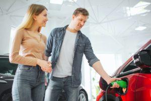 Zwei von drei europäischen E-Auto-Fahrern wünschen sich mehr Ladepunkte am Arbeitsplatz