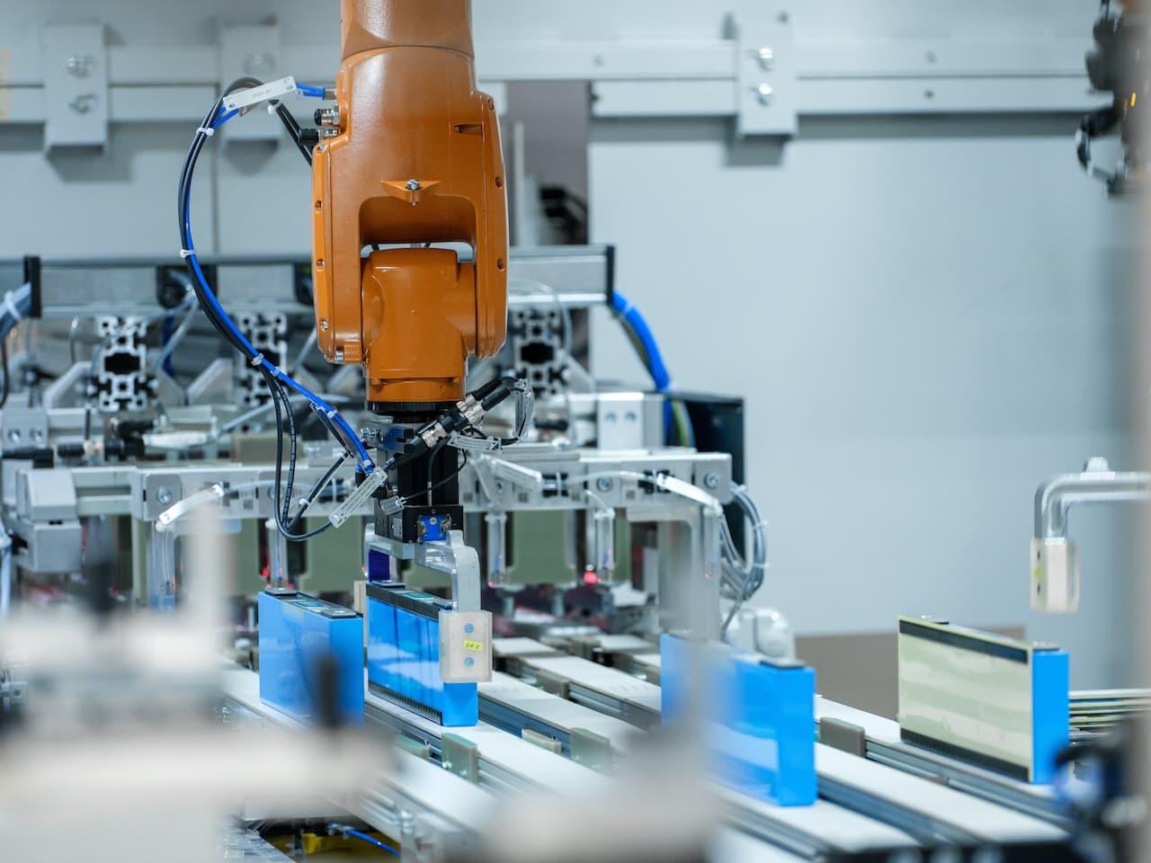BMW-Elektroauto-Akku-Batterie-Modul-Produktion-Roboter
