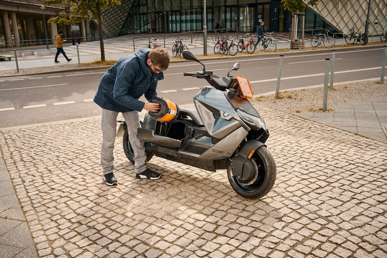 BMW-Motorrad-Elektro-Scooter-CE-04-Helmfach