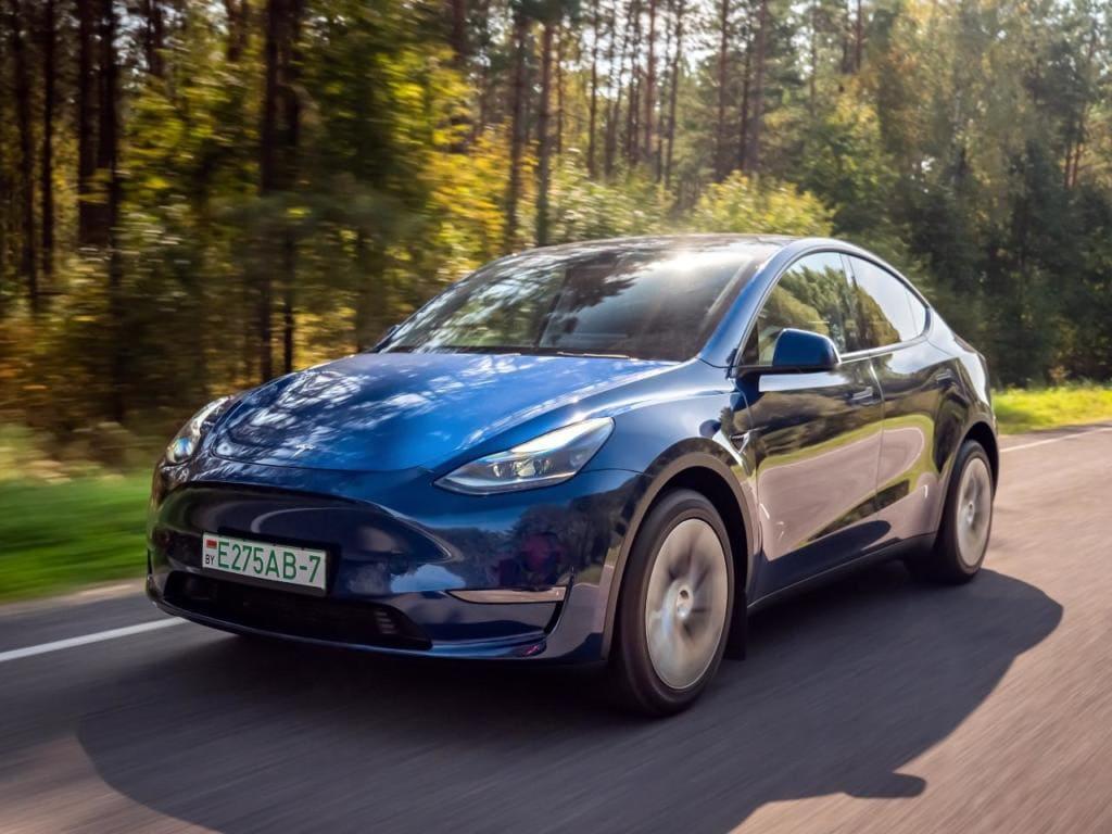 """Tesla Model Y mit grünem, """"flüssigen Strom"""" im Tank - nicht im Akku"""