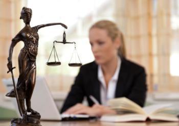 Rechtsanwältin Energie- und Umweltrecht über Gesetze als Hindernis & Treiber der E-Mobilität