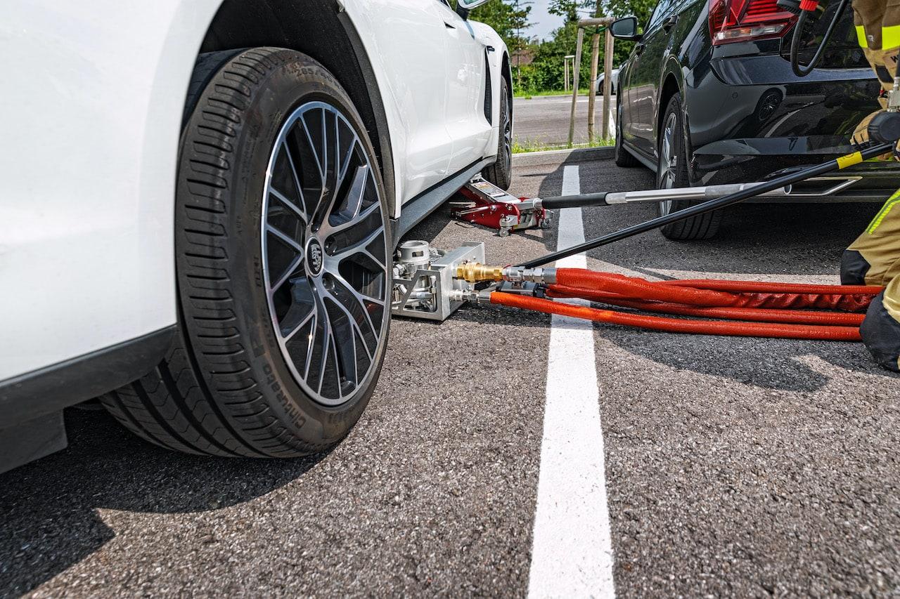 Elektroauto-Brand-Löschen-Rosenbauer